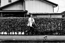 image homme-marchant-parapluie-jpg
