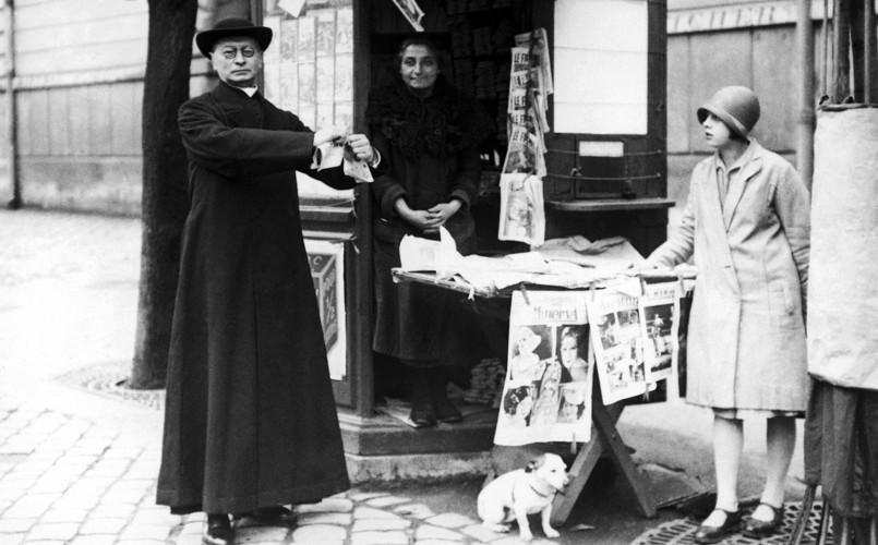France.Paris.L'Abbé Bethléem lacérant des journaux licencieux, années 1920