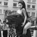 Bijins de la semaine (47) : les bijins folâtrant avec un gros kaiju